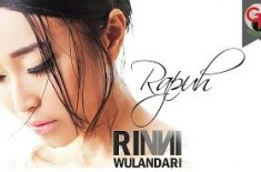 RINNI WULANDARI – RAPUH [Official Music Video]
